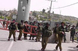 أرقام خيالية.. هل تعرف كم يخسر الفلسطينيون من مال ووقت بسبب حواجز الاحتلال بالضفة؟