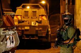 الاحتلال يعتقل 12 فلسطينيا ويصادر قطع أسلحة ومخرطة لتصنيع السلاح