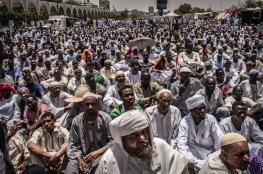 آلاف المعتصمين بالخرطوم يؤدون أول صلاة جمعة رمضانية أمام مقر قيادة الجيش