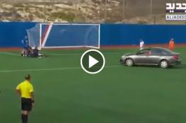 """الدوري اللبناني.. """"شاهد"""" سيارة خاصة تقتحم الملعب لإنقاذ لاعب"""
