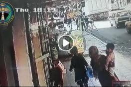 """شاهد"""" شرطي أردني ينقذ طفلا من الارتطام بشاحنة"""