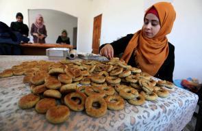 فلسطينيات يصنعن كعك العيد