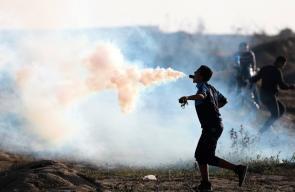 عندما يلهو الثوار في غزة بقنابل الغاز أمام جنود الاحتلال خلال فعاليات مسيرة العودة