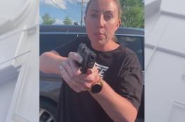 أمريكية بيضاء تهدد أخرى سوداء وابنتيها بالسلاح