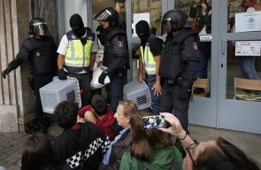 عناصر أمنية إسبانية تقتحم مراكز استفتاء انفصال إقليم كتالونيا وتصادر صناديق الاقتراع
