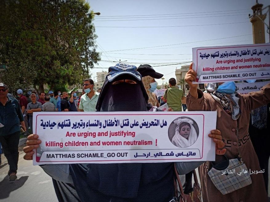 مسيرة حاشدة في غزة للمطالبة بإقالة مدير عمليات الأونروا ماتياس شمالي -  وكالة شهاب للأنباء - أخبار فلسطين