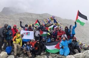 فلسطينيون يتضامنون مع الأسرى والقدس على قمة جبل
