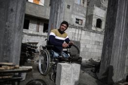 غزّاوي يتحدى الإعاقة ويشرف على عمال البناء بكرسي متحرك