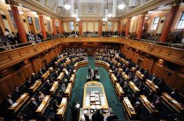 برلمان نيوزيلندا يفتتح أول جلسة بعد هجوم على مسجدين بتلاوة القرآن