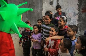 فداء اللداوي يصنع ألعاب على شكل كورونا وسط غزة لتوعية الأطفال بخطورة الفيروس