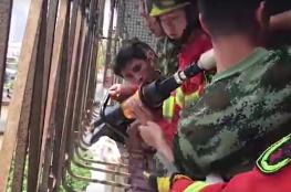عملية إنقاذ خطيرة لطفلة علق رأسها بسياج شرفة منزلها