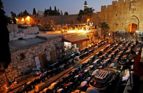 المقدسيون يواصلون الرباط والصلاة امام باب الأسباط بالقدس المحتلة
