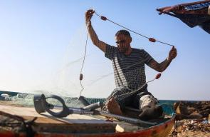الصياد رامي شريف يمارس عمله في مهنة الصيد بغزة رغم إصابته