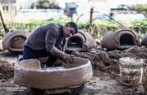 فلسطيني يصنع أفران الطينة منذ أكثر من عشرين عامًا بإستخدام الطين والاسمنت