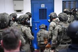 الاحتلال يقمع أسيرا خلال نقله بالبوسطة