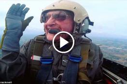 شاهد: بريطاني عمره 99 عاما ويحلق بطائرة حربية