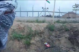 VIDEO : Youths raise the Palestinian flag on the separation fence in #Gaza Under the Israeli bullets