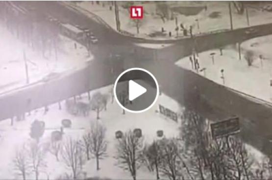 شاحنة تسحق سيارة وتقتل من فيها بموسكو