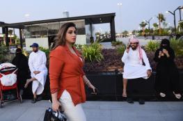 وسم يُشعل مواقع التواصل في السعودية بسبب امرأة تجولت في الرياض بدون عباءة