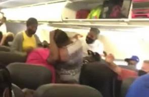 جدال على مقعد يتحول إلى عراك بالأيدي بين سيدتين على متن طائرة..