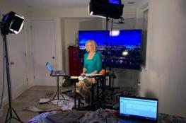 شاهد مذيعة أمريكية تقدم نشرة الأخبار من غرفة النوم
