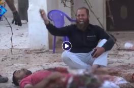 """مشهد مؤثر.. """"يا الله دخيلك يا الله"""": أب سوري فقد أبنائه في مجزرة بحلب"""