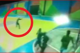 شاهد مسلحون يقتحمون مدرسة ويفتحون النار على الطلبة