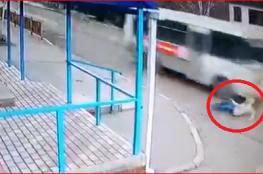 شاهد نجاة فتاة روسية من الموت بأعجوبة