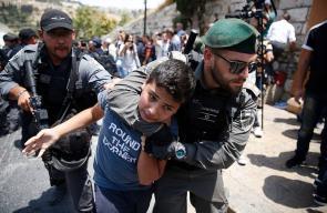 قمع واعتقالات وعربدة تمارسها قوات الاحتلال بحق المقدسيين على أبواب المسجد الأقصى