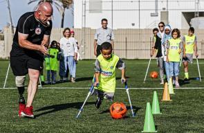 أطفال مبتوري الأطراف بغزة يشاركون في دورة تدريبية لكرة القدم