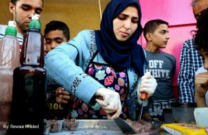 فاطمة أول طالبة جامعية تفتتح مشروعها الخاص بصناعة وبيع
