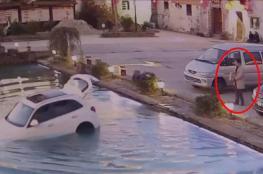 شاهد: كلب ينتظر خروج صاحبه من السيارة ليجلس مكانه ويغرقها في المياه