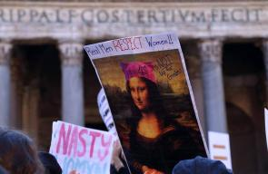 مواطنون أمريكيون يتظاهرون أمام قنصلية بلادهم في مدينة فلورنسا الإيطالية