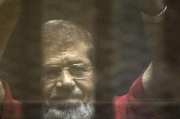 مرسي يصرخ داخل القفص الزجاجي: مش سامع حاجة