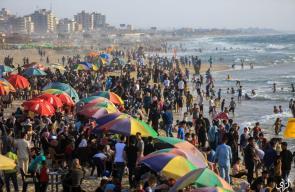 الغزيون يقضون أوقاتهم على شاطئ بحر غزة مع الأجواء الحارة وعطلة عيد الفطر