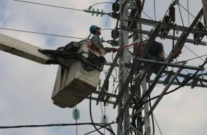 اعمال صيانة مستمرة لـ 4 خطوط كهرباء تعطلت جراء القصف الإسرائيلي على غزة الليلة الماضية