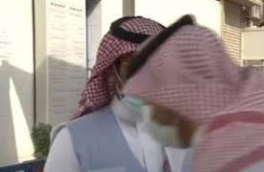 مراسل سعودي يسقط على الهواء مباشرة