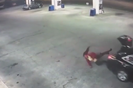 لحظة هروب فتاة من خاطفها بالقفز من سيارته
