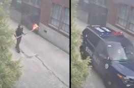 أمريكي يُلقي بشعلة نيران ملتهبة في سيارة شرطة والضابط بداخلها