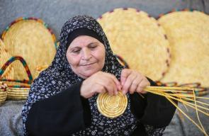 المواطنة شريفة يوسف من بلدة بيت ريما، تمتهن صناعة القش التراثية