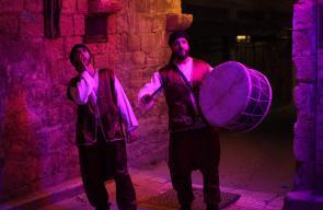 مسحراتي يتجول في أحياء نابلس القديمة خلال شهر رمضان المبارك