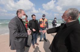 """غزة .. سلطة المياه والبيئة تُطمئن المواطنين بعد العثور على """"مواد غريبة"""" في البحر"""