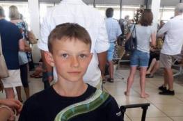 ثعبان يمنع طفلا من صعود الطائرة