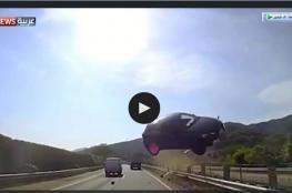 شاهد سيارة طائرة تصطدم بحافلة