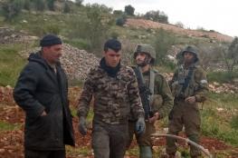 الاحتلال يطرد مزارعا وعائلته من أرضهم في بيت أمر