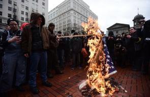 أمريكيون يحرقون أعلام بلادهم في مظاهرات مناهضة لترامب