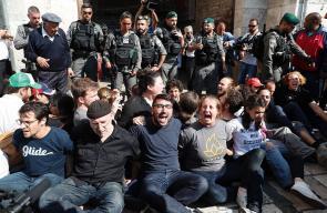 قوات الاحتلال تعتدي على فلسطينيين ومتضامنين أجانب حاولوا التصدي لاقتحامات المستوطنين اليهود للأقصى عبر منطقة باب العامود بالقدس المحتلة.