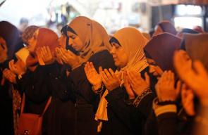 فلسطينيون يواصلون الرباط والصلاة أمام باب الأسباط أحد أبواب المسجد الأقصى