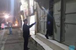 إغلاق 14 محلا ومنشأة تجارية لعدم التزامهم بحالة الطوارئ في قلقيلية