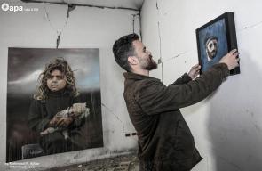 فنان فلسطيني يعرض لوحاته داخل أنقاض برج المجمع الايطالي